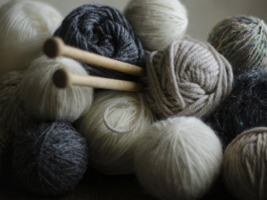 Foto af garnnøgler og strikkepinde